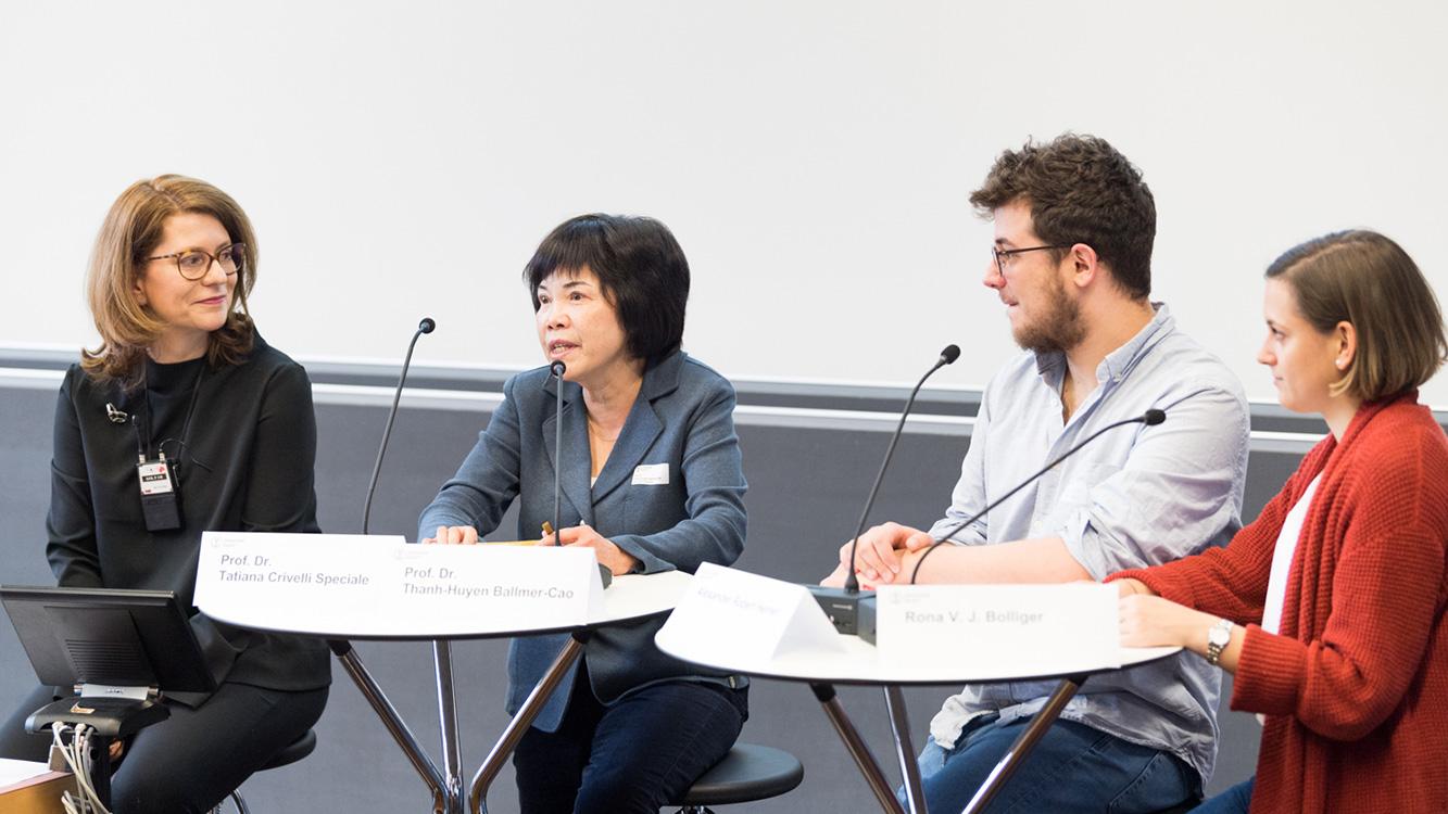 foto des podiums mit den vier teilnehmenden