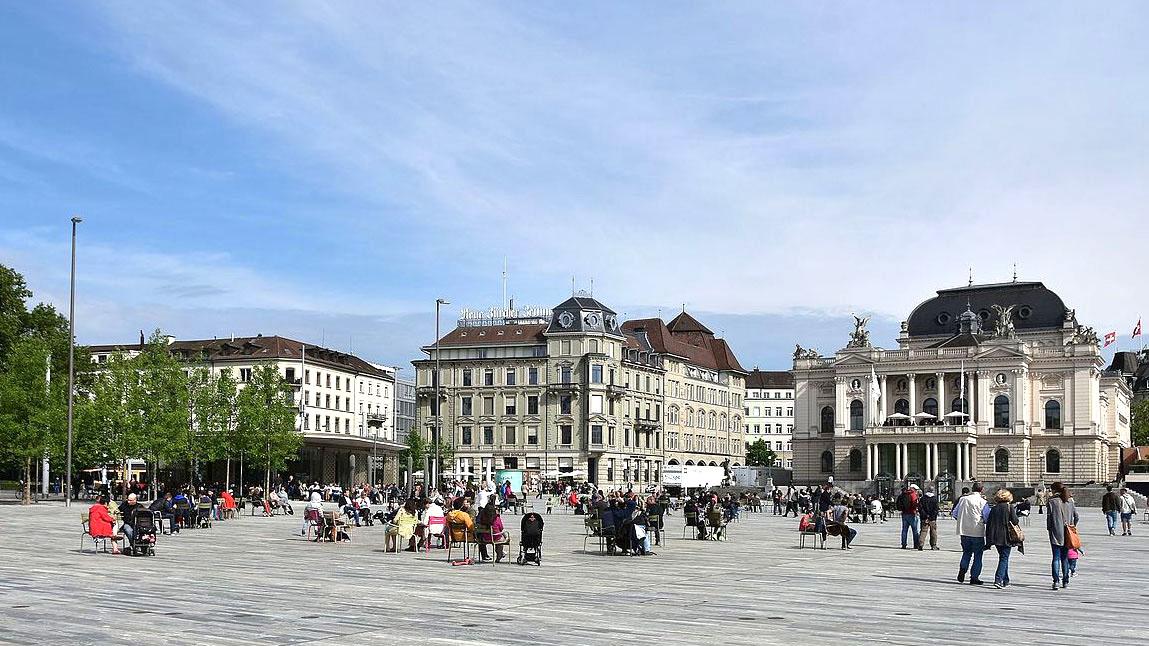 Zürcher Sechseläutenplatz (Bild: © Roland Fischer; Wikimedia Commons)