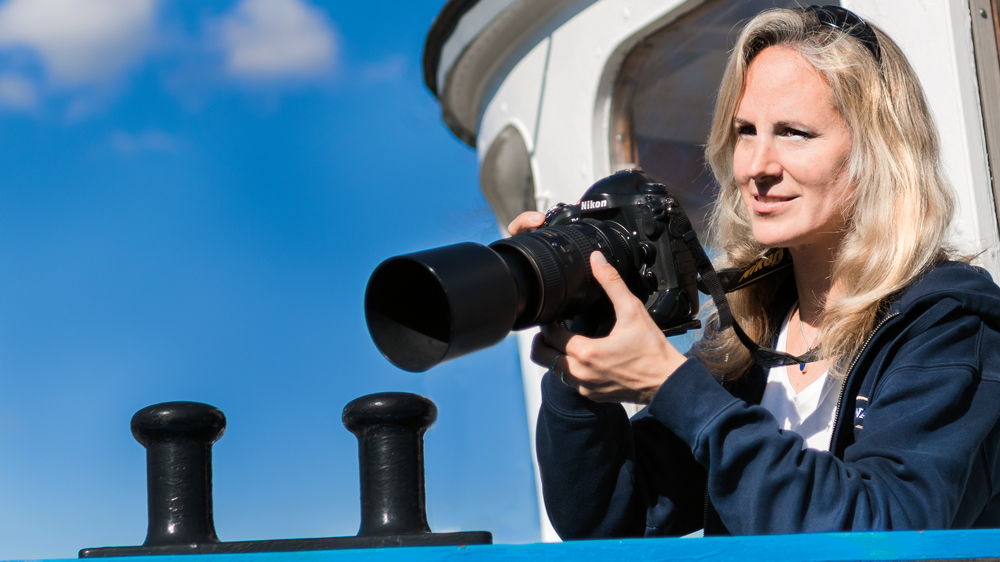Angela Ziltener takes pictures to document the dolphin's dorsal fins. (Image: Frank Brüderli)