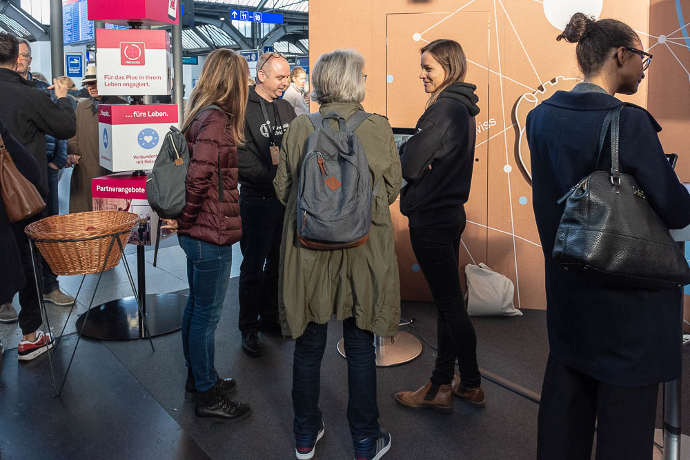 <p>Mathias Allemand and Mirjam Stieger demonstrate how PEACH works, which provides personality intervention through a smartphone app.</p> (Image: Thomas Poppenwimmer)