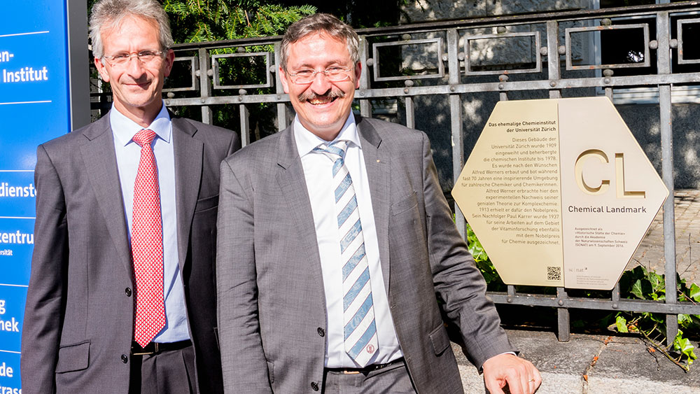 Professor Christian Bochet von der Akademie der Naturwissenschaften Schweiz (l.) mit UZH-Rektor Michael Hengarter