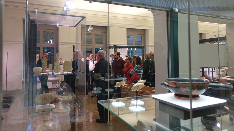 <p>Martin B&uuml;rge, curator of the Archaeological Collection, conducted a guided tour and... (Picture: Marita Fuchs)</p>