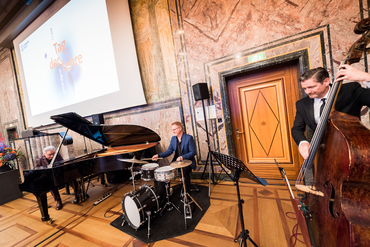 <p>The <em>Tag der Lehre</em> closing event was rounded off by the cool jazz sounds of the Dave Ruosch Trio. (Image: Frank Br&uuml;derli)</p>