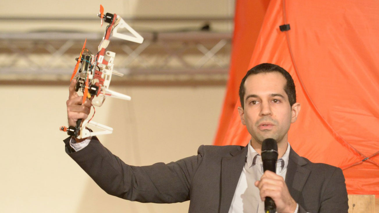 <p>Professor Davide Scaramuzza gives an initial impression of the kinds of experiments that will be carried out on the grounds of the military airfield in Dübendorf with a memorable display of flying and autonomously navigating robots. (Picture: Switzerland Innovation Park Zurich)</p>