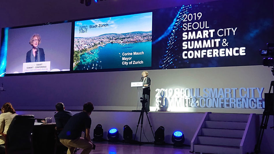 <p>With the construction of a national 5G network, Korea is one of the first countries worldwide to lay the foundations for the Internet of Things, a concept that comprises self-driving vehicles, intelligent houses and cities, digital identities, and payment systems. Photo: City President Corine Mauch at the opening of the Seoul Smart City Summit. (Picture: Priska Feichter)</p>